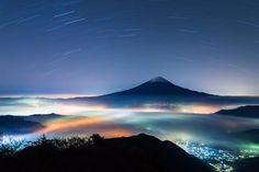 """""""いいねこの富士山の夜景! RT 成瀬さん @ryocom222 今年の振り返り、colorful雲海シリーズ。街の灯りと雲海が創り出す色彩豊かな幻想的な光景。 一番好きなシチュエーションです。#富士山 #雲海 #夜景 #mtfuji"""""""