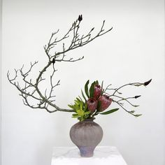 Ikebana Flower Arrangement, Ikebana Arrangements, Beautiful Flower Arrangements, Floral Arrangements, Bonsai, Oriental Flowers, Exotic Flowers, Purple Flowers, Ikebana Sogetsu