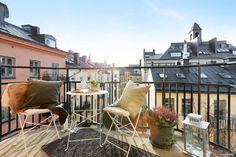 Sydvästvänd balkong med högsta läge och sol från förmiddag till kväll! Nu finns chansen att förvärva denna perfekt planerade 2:a i pampig fastighet an...