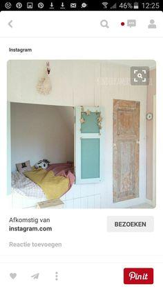 Bedstee oude deuren onder schuine wand