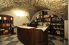 Una aperitivo, un cocktail, un buon bicchiere di vino, un distillato? Al Wine Bar non manca nulla. www.grandhotelalassio.it