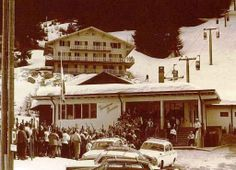Eager skiers queuing at Medran. Ski Switzerland, Davos, Zermatt, Back In The Day, Old Pictures, Travel Posters, Skiing, Snow, History