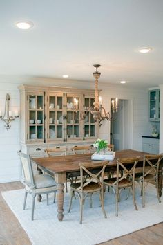 10 Inexpensive Ways to Decorate and get the Fixer Upper Farmhouse Look – Vintage American Home Decorate like Joanna Gaines! 10 Inexpensive and easy Ways to Get the Fixer Upper Look Dining Room Table Decor, Dining Room Design, Dining Furniture, Dining Area, Small Dining, Outdoor Dining, Small Chairs, Buffet Hutch, Dining Chairs