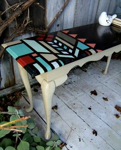 Renueva una mesa o taburete viejo con pinturas acrílicas o pintura en spray, fácilmente y con un acabado especial. Mesa inspirada en Frank Lloyd Wright.