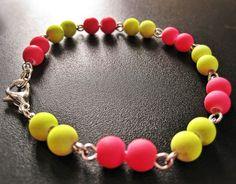 Bracelet fluorescent rose et jaune de la boutique TheAsaliahShop sur Etsy