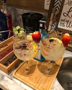 Brunch Drinks, Fun Drinks, Alcoholic Drinks, Alcohol Aesthetic, Aesthetic Food, Bebida Gin, Healthy Munchies, Food Porn, Gin Recipes