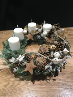 Christmas Advent Wreath, Christmas Chandelier, Christmas Flower Arrangements, Christmas Decorations For The Home, Christmas Flowers, Christmas Mood, Christmas Centerpieces, Diy Christmas Gifts, Xmas Decorations