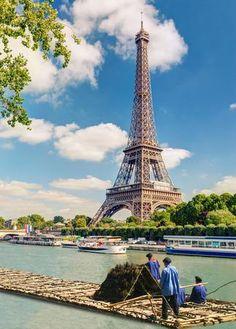 Pendant quatre siècles, les Parisiens se sont chauffés grâce aux flotteurs de bois du Morvan. Leurs descendants ont reconstruit à l'identique un de ces radeaux et le conduisent jusqu'à la capitale. Dimanche 5 juillet, les flotteurs de bois du Morvan salueront la Tour Eiffel après un périple de 21 jours et 267 km sur l'eau.