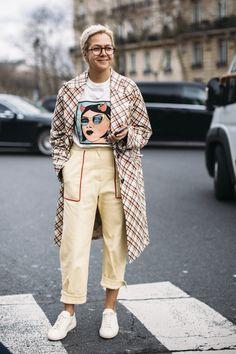 Chanel PVC Hats Were Everywhere On the Final Day of Paris Fashion Week - Herren- und Damenmode - Kleidung Stylish Street Style, Street Style 2018, Looks Street Style, Autumn Street Style, Looks Style, Street Styles, Street Chic, Estilo Fashion, Look Fashion