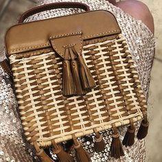 Tamanho ideal!  Musthave do verão!! ☀️#minibag #smallbag #straw #bag #rustic #trend #artesanal #luxo #acessórios #SERPUI #couro #vime #summerbag #summertime #verão #love #musthave. Informações pelo whats app 11-95915 5367 ☀️☀️☀️