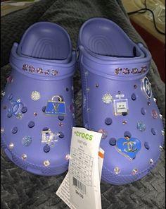 Crocs Slippers, Crocs Shoes, Crocs Fashion, Sneakers Fashion, Crocs With Fur, Cool Crocs, Designer Crocs, Jordan Shoes Girls, School Shoes