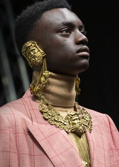 Presented in the Capitoline Museums in Rome, the Cruise 2020 fashion show is underscored by Alessandro Michele's ideas of freedom and self-determination. 30s Fashion, Gucci Fashion, Fashion 2020, Runway Fashion, High Fashion, Fashion Show, Jojo Fashion, Cruise Fashion, Fashion Today