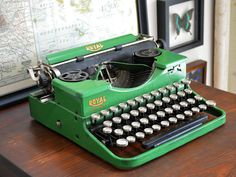 The best gift that Michelle Hughes from Vintage Junky ever received was a vintage typewriter from her husband. Royal Typewriter, Antique Typewriter, Vintage Typewriters, Old Christmas, Time Photo, Good Ol, Vintage Love, Vintage Antiques, Best Gifts