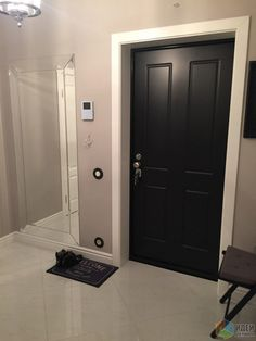 Интерьер прихожей, входная дверь в квартиру, зеркало во всю стену в прихожей