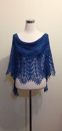 Ravelry: Versailles pattern by Dominique Trad// lav 2 og lav det til en ponsho Knitted Shawls, Crochet Scarves, Crochet Shawl, Crochet Clothes, Crochet Lace, Lace Shawls, Crochet Granny, Crochet Vests, Crochet Edgings