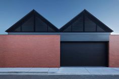 The Finlay Street Albert Park home by @matyasarchitects features a dual gable roofline that will make you think you're seeing double... But boy does it look good. Photo by @tatjanaplitt