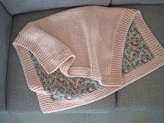 Une baby blanket pétale et Liberty - Baby room Fleece Blanket Diy, Knitted Blankets, Baby Blanket Crochet, Crochet Baby, Knitted Baby, Baby Blankets, Blanket Gifts, Baby Knitting Patterns, Knitting For Kids