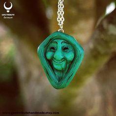 Colgante abuela sauce Link a la tienda online en mi bio . . . . #geektributehandmade #polymerclay #polymer_clay #arcillapolimerica #fimo #clay #polymer #etsy #etsyshop #hechoamano #handmadejewelry #handmade #geekycrafts #polymerclayart #sculpture #polymerclay #disney #disneyjewelry #necklace #pendant #pocahontas #grandmotherwillow