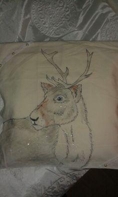 Jaa..no kaikilla värikynillä,lakkakynillä ja lyijärillä tuunattu tyynyliina..myös hiuka glitterii