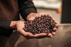 Durch das traditionelle Langzeittrommelröstverfahren und einer Rösttemperatur von 200° C wird die Säuren schonend aus den Bohnen geröstet. So wird das unvergleichbare Kaffeearoma herausgebildet.