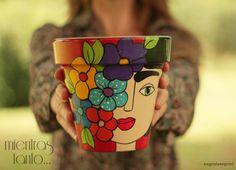 Risultati immagini per frida kahlo dibujo caricatura Painted Plant Pots, Painted Flower Pots, Flower Pot Crafts, Clay Pot Crafts, Flower Pot People, Ideias Diy, Posca, Pottery Painting, Terracotta Pots