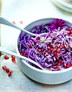 Recette Salade de chou rouge et grenade #purplefood #purple #violet #nourriture #food #foodstylisme #duvioletdansmacuisine #légumes #légumesviolet #salade #chourouge #grenade Salad Recipes, Vegan Recipes, Cooking Recipes, Purple Food, Savory Salads, Cooking Chef, Greens Recipe, Mediterranean Recipes, Food Inspiration