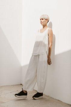 White Linen Trousers, Broken White, Kimono Blouse, Sweatshirt Dress, Top Photo, Darts, Shades Of Green, Beautiful Dresses, Looks Great