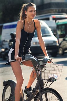 Victoria's Secret angel, Karlie Kloss cycling...