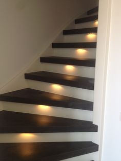 'Black Rustic Oak' PVC Forbo Allura trapbekleding/traprenovatie gesloten trap, inclusief led verlichting VICSTAIRS #vicstairs #pvc #forbo #allura #trapbekleding #trapbekleden #traprenovatie #traprenovaties #trap #staircoverings #stairrenovation #stairs #staircase #treppenbelag #treppenrenovierung #treppe #treppen Stairs Covering, Stair Renovation, Open Trap, Home Living Room, Interior Design Living Room, Rustic, Design Ideas, Projects, Home Decor