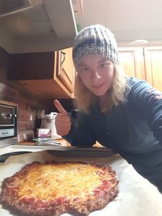 Cauliflower Pizza Cauliflower Pizza, Hawaiian Pizza, Health Fitness, Weight Loss, Healthy Recipes, Food, Losing Weight, Essen, Healthy Eating Recipes