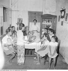 Een familie en gasten aan tafel tijdens een feestmaal in een kamer, Indonesië (z.j.) Vintage Pictures, Old Pictures, Old Photos, Dutch East Indies, Dutch Colonial, Pictures Of People, History Photos, Portrait Illustration, Life Photo