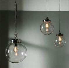 Pendellampa - glaskupol med metallfattning i färgen antiksilver.Trendig belysning - passar till både klassisk & modern inredning. För homestyling kanske?