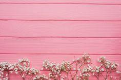 superfície de madeira rosa com galhos decorativos Foto gratuita