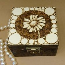 Holzbox für Schmuck oder andere Kostbarkeiten   Etsy Wood Colors, Colours, Rustic Feel, Brass Color, Messing, Wooden Boxes, Antique Brass, Decorative Boxes, Antiques