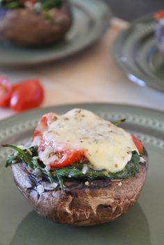 Portobello gevuld met spinazie, mozzarella en tomaat.