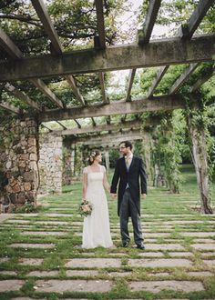 Los novios. Boda romántica de verano organizada y diseñada por Detallerie. Bride and groom. Summer romantic wedding by Detallerie.
