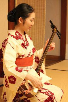 Maiko Kikuhina practicing the shamisen