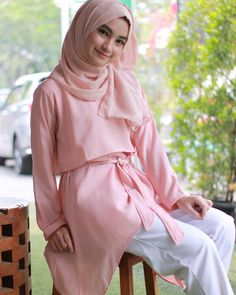 ในภาพอาจจะมี 2 คน Abaya Fashion, Fashion Outfits, Kebaya, Shawl, Abaya Style, Sexy, Beauty, Beautiful, Girls