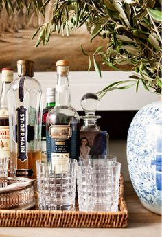 this is sort of what i was thinking for the mini bar - all together in a nice basket Bar Cart Styling, Tray Styling, Bar Cart Decor, English Country Style, Country Style Homes, Bar Antique, Bar Sala, Drinks Tray, Drinks Trolley