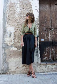 Camisa podrinha, cinto caramelo, saia midi rodada, sandália rasteira marrom
