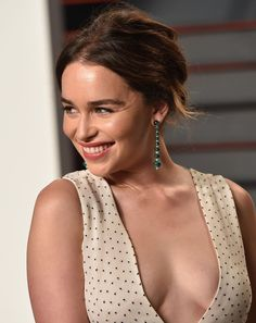 Emilia Clarke Reveals the Naughty Way She Wants 'Game of Thrones' to End. It involves her, a throne, and a whole lot of, uh, swords. Emilia Clarke Hot, Emelia Clarke, Beautiful Celebrities, Beautiful Actresses, Hollywood Actresses, Actors & Actresses, Emilia Clarke Daenerys Targaryen, Jolie Photo, Gal Gadot
