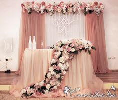 Este posibil ca imaginea să conţină: unul sau mai mulţi oameni Wedding Backdrop Design, Wedding Stage Decorations, Engagement Decorations, Wedding Table Flowers, Backdrop Decorations, Wedding Colors, Wedding Cake, Bride Groom Table, Dusty Rose Wedding