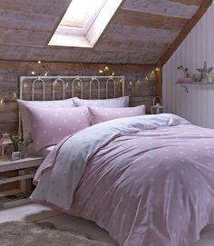Oryginalny design, pastelowe, różowe kropy, urokliwe serca, romantyczne kwiaty, tradycyjne kraty połączone z pasami, stworzą przytulny klimat w każdej sypialni.