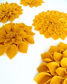 Love these diy felt flowers to put on picture frames, mirrors etc.