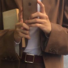 golden brown book and outfit aesthetic Autumn Aesthetic, Brown Aesthetic, Aesthetic Vintage, Aesthetic Photo, Aesthetic Pictures, Cream Aesthetic, Aesthetic Coffee, Aesthetic Collage, Aesthetic Rooms