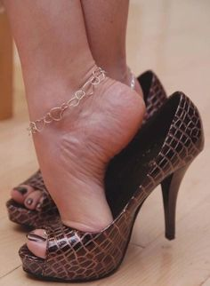 Just spreading the love of the foot fetish gift. Sexy Legs And Heels, Hot High Heels, Womens High Heels, Beautiful High Heels, Gorgeous Feet, Sexy Toes, Female Feet, Women's Feet, Sensual