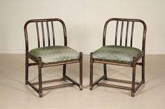 Coppia di sedie; legno di bambù imbottiture espanse, rivestimento in tessuto. Buone condizioni, presenta piccoli segni di usura. Altezza di seduta: 45.