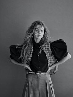 Marking her seventh Vogue cover appearance of 2019 for the November 2019 issue of Vogue Germany, Gigi Hadid dons a sequined dress and checkered brogues from . Gigi Hadid Photoshoot, Vogue Photoshoot, Vogue Photography, Model Poses Photography, Editorial Photography, Rock Style, Pose Mannequin, Michael Kors, Vogue Poses