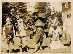 These pictures come from Wired Magazine. Anyone else have some vintage Halloween pictures, or even some of you as a kid in costume? Creepy Halloween, Halloween Kids, Happy Halloween, Halloween Costumes, Costumes 2015, Retro Halloween, Scary Costumes, Vintage Halloween Photos, Halloween Pictures