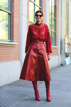 The Best Street Style At Milan Fashion Week - As the fashion pack moves onto the final stretch of Fashion Month in Paris, we're looking back at - Printemps Street Style, Milan Fashion Week Street Style, Look Street Style, Milano Fashion Week, Street Style Trends, Spring Street Style, Cool Street Fashion, Street Styles, Red Street